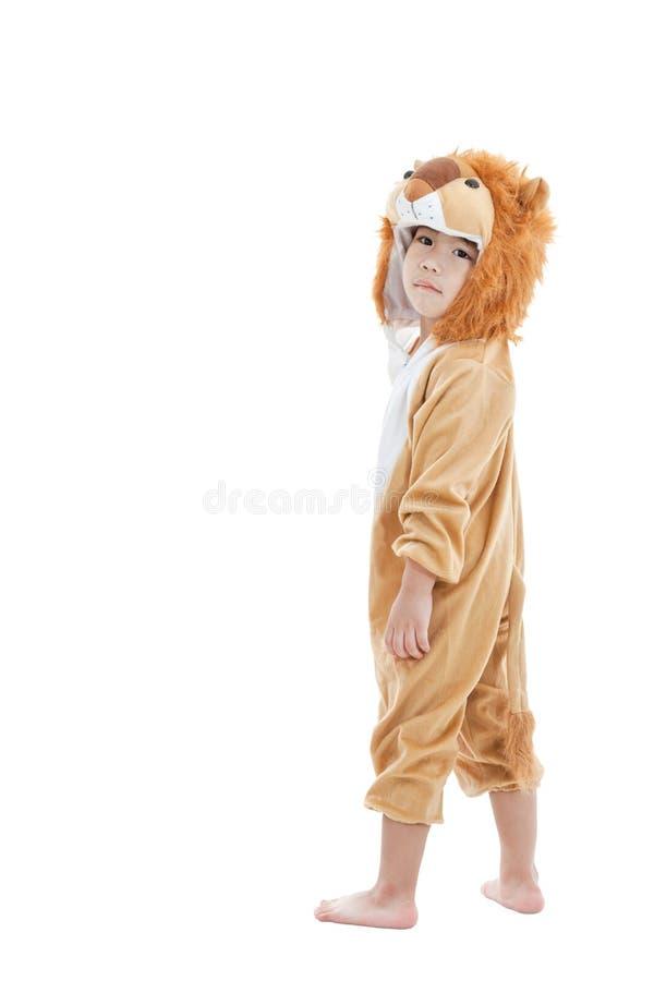 Leuk kleedde weinig kind zich in leeuwkostuum stock fotografie