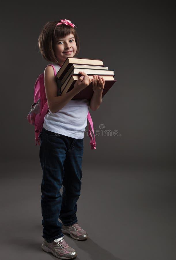 Leuk klein meisje dat naar school gaat stock afbeeldingen