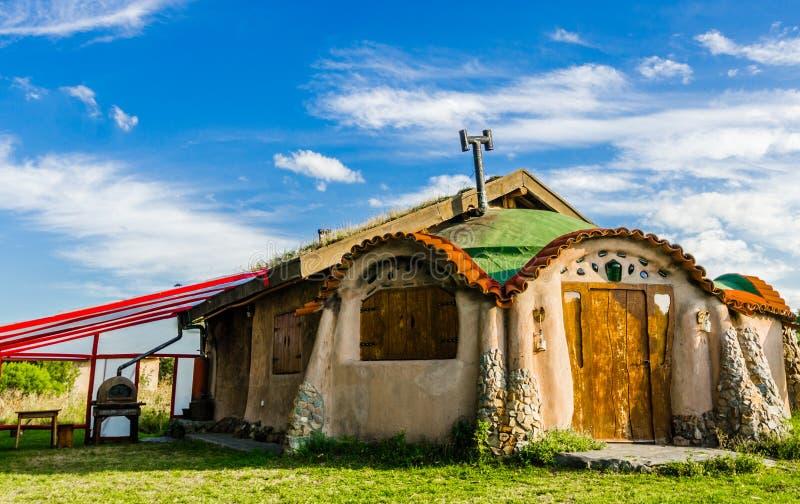 Leuk kleurrijk beeldverhaal fairytale huis tegen blauwe hemel en wolken op een zonnige dag royalty-vrije stock foto