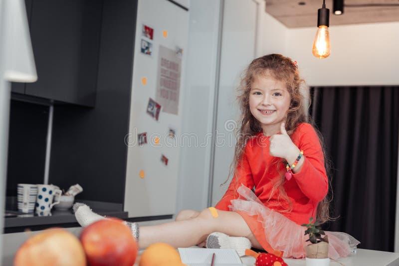 Leuk langharig charmant meisje met een armband die helder glimlachen royalty-vrije stock foto