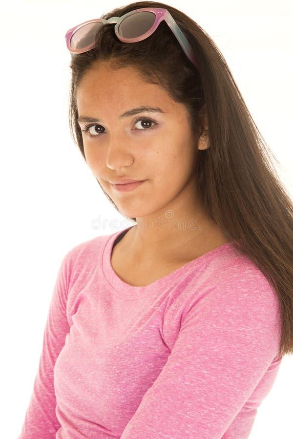 Leuk Latino meisje in een verticaal portret die een roze blouse dragen stock afbeelding