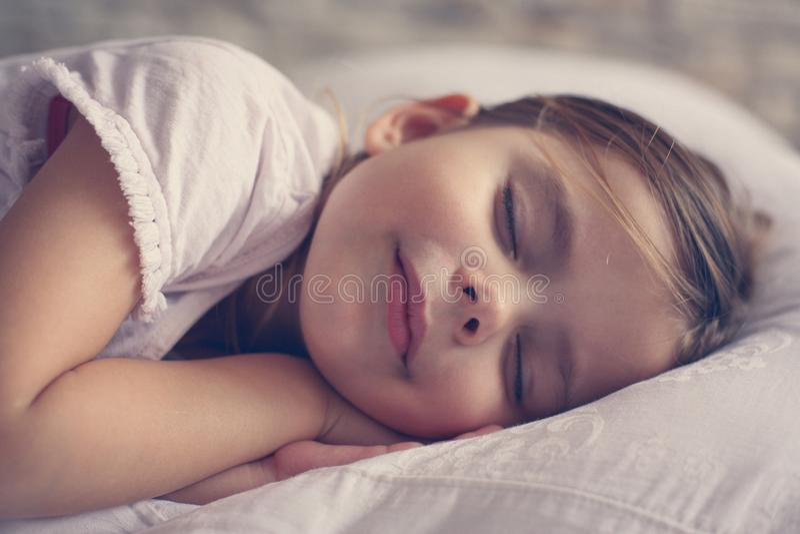 Leuk meisje in bed royalty-vrije stock afbeeldingen