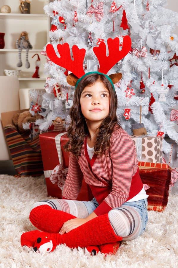 Leuk meisje bij Kerstmis royalty-vrije stock afbeeldingen