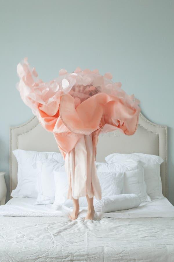 Leuk meisje in blazende roze kleding die pret hebben stock fotografie