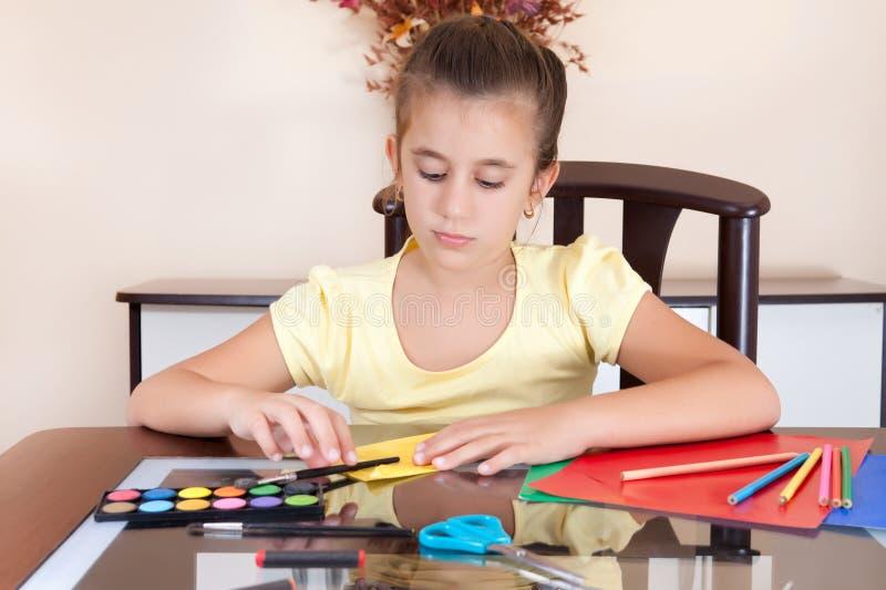 Leuk meisje dat aan haar kunstproject werkt stock afbeelding