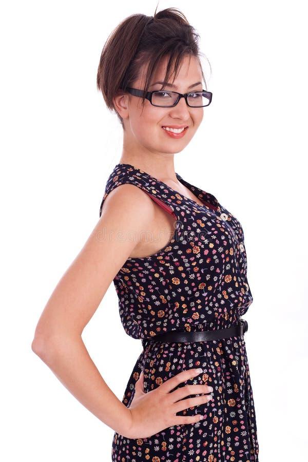 Leuk meisje dat bril met handen op heupen draagt stock fotografie