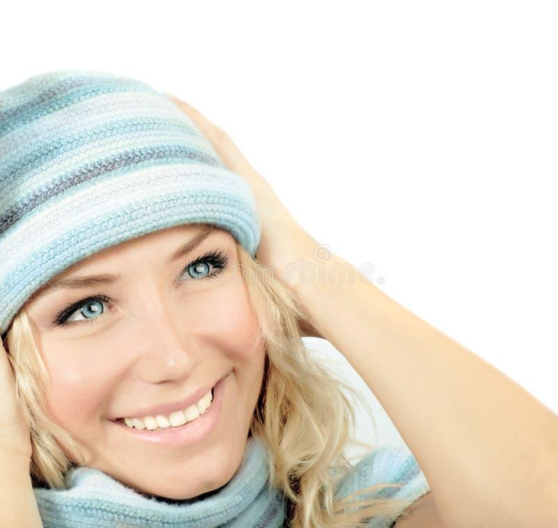 Leuk meisje dat de winterhoed draagt royalty-vrije stock fotografie