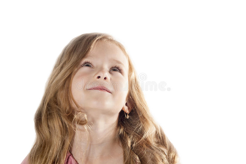 Leuk meisje dat omhoog kijkt Aanbiddelijk die jong geitje op witte achtergrond wordt geïsoleerd royalty-vrije stock afbeeldingen