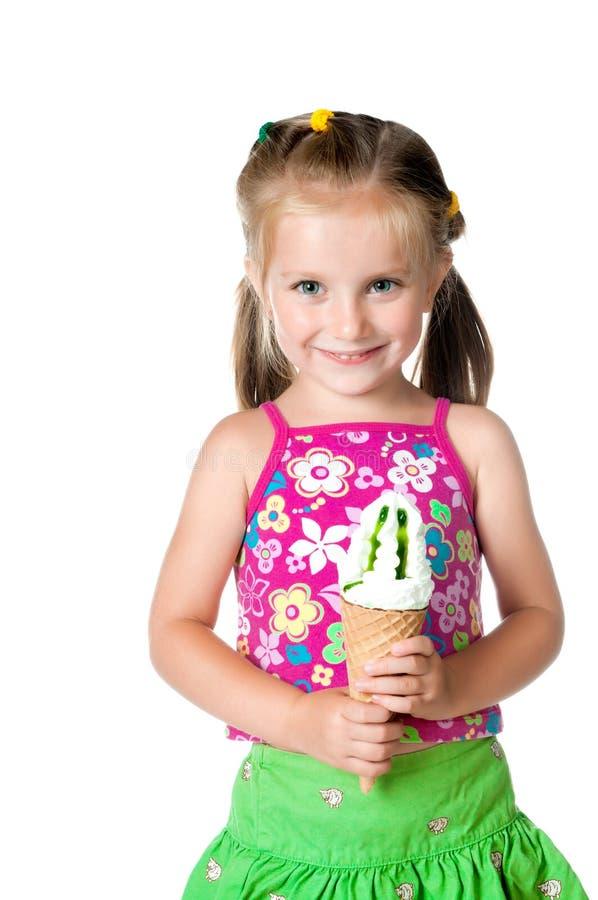 Leuk meisje dat roomijs eet stock afbeelding