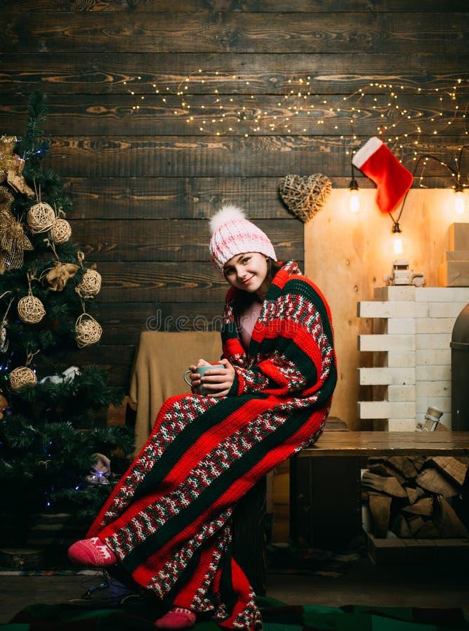 Leuk meisje dichtbij Kerstboom Jonge geitjeskerstmis De gelukkige kleine tiener in Kerstmanhoed met heden heeft Kerstmis royalty-vrije stock afbeelding