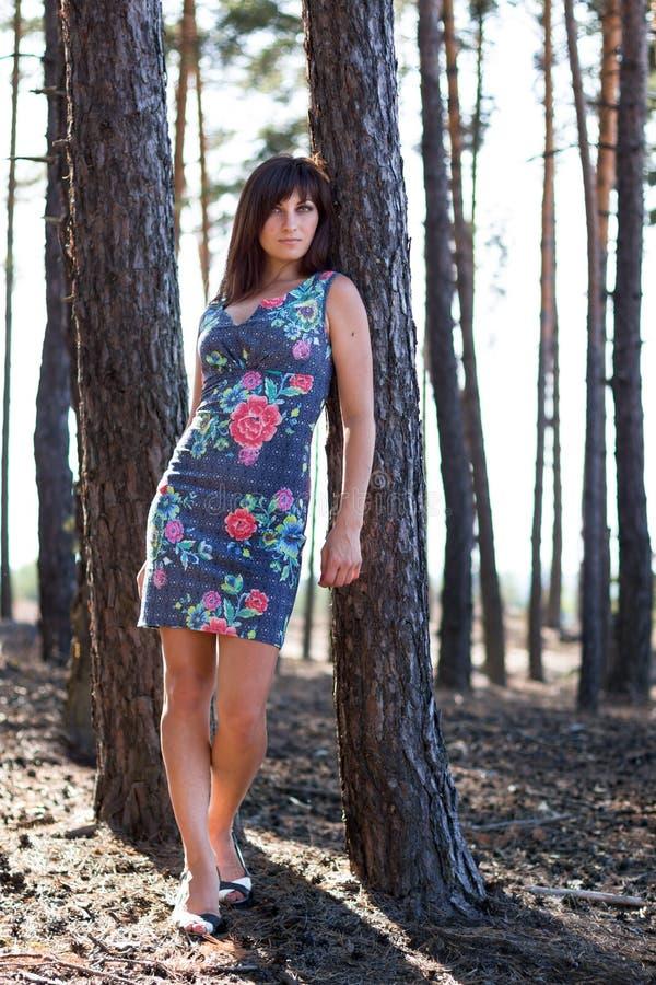 Leuk meisje dichtbij zandige berg stock afbeelding