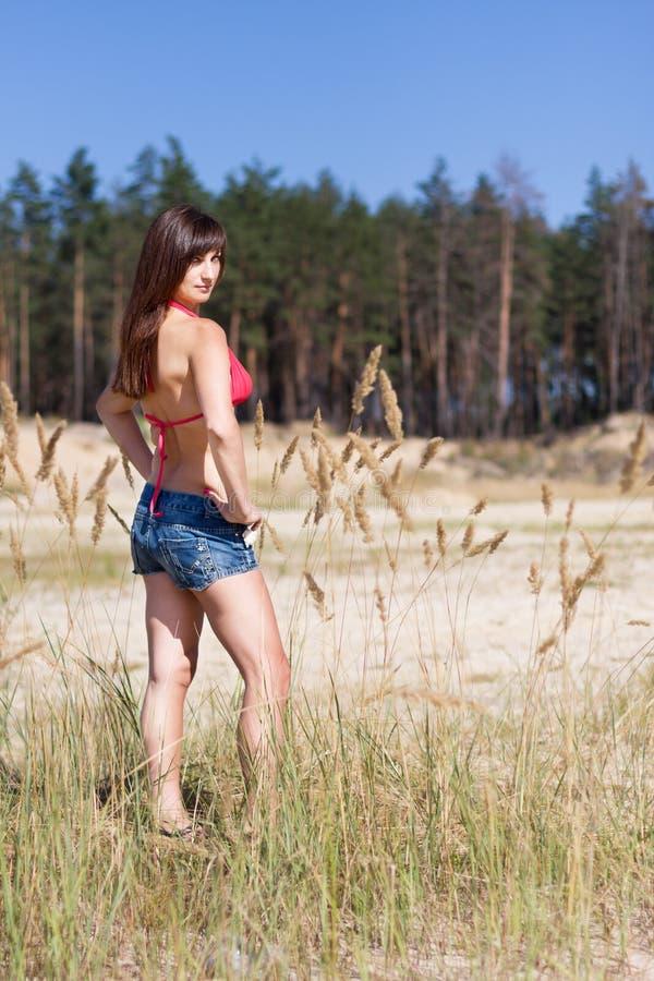 Leuk meisje dichtbij zandige berg stock foto's
