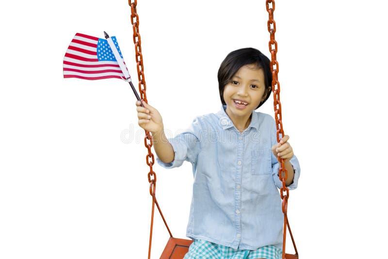 Leuk meisje die Amerikaanse vlag op studio golven royalty-vrije stock foto