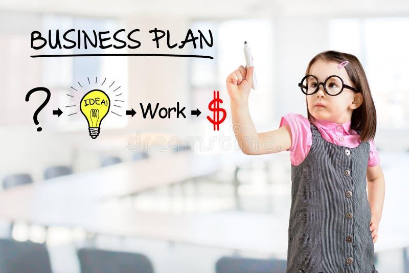 Leuk meisje die bedrijfskleding dragen en een strategieplan trekken om in zijn zaken succesvol te zijn Bureauachtergrond stock afbeelding