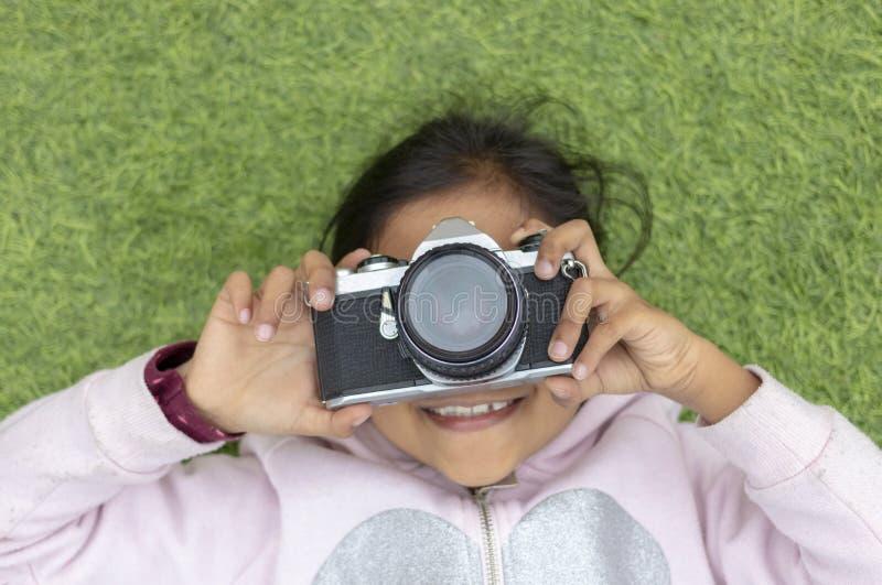 Leuk meisje die beelden met haar camera nemen royalty-vrije stock afbeeldingen