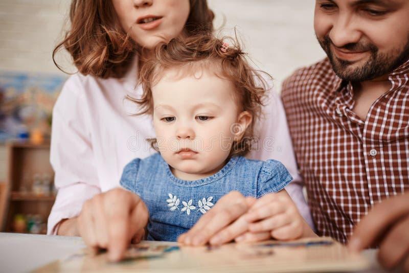 Leuk Meisje die Beelden in Verhalenboek bekijken stock foto's