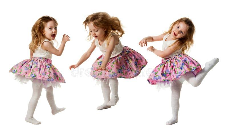 Leuk meisje die die met vreugde springen op witte achtergrond wordt geïsoleerd royalty-vrije stock afbeelding
