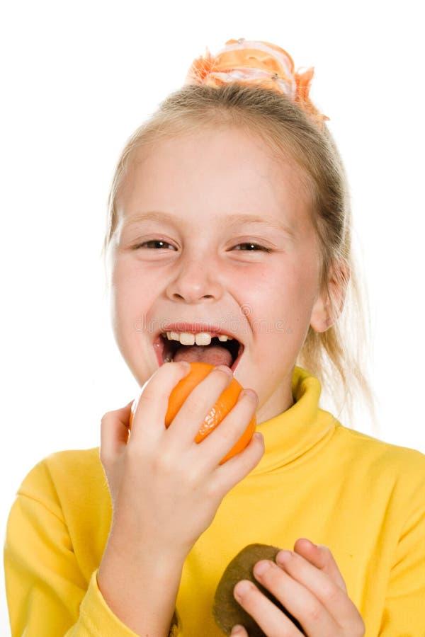 Download Leuk Meisje Die Een Sinaasappel Bijten Stock Afbeelding - Afbeelding bestaande uit meisje, geïsoleerd: 29503787