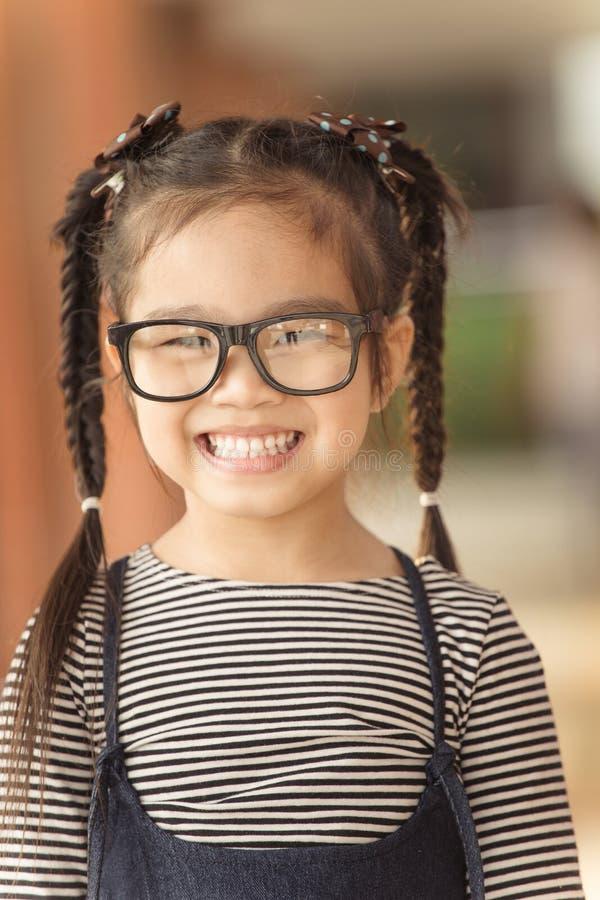 Leuk Meisje die met glazen gelukkig voelen royalty-vrije stock afbeeldingen