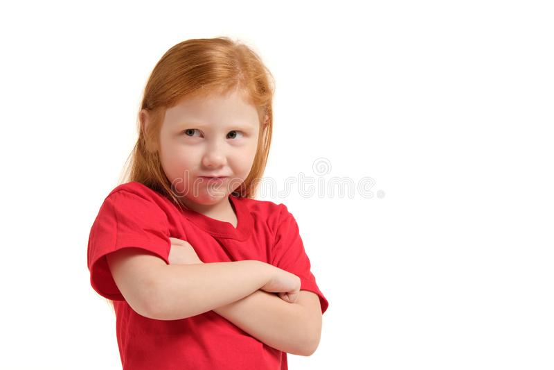 Leuk meisje die met rood haar en gevouwen wapens boze geïsoleerde witte achtergrond kijken royalty-vrije stock foto