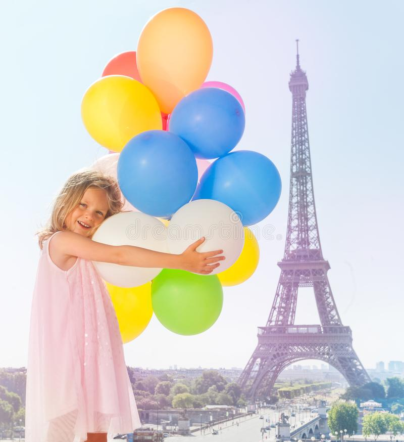 Leuk meisje die pret het spelen met ballons hebben stock afbeeldingen