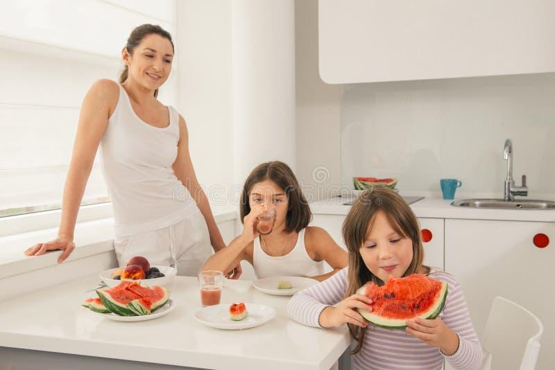 Leuk meisje die smakelijke watermeloen eten stock foto's