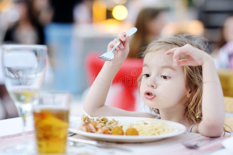 Leuk meisje die spaghetti eten stock afbeeldingen