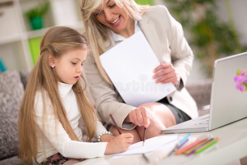 Leuk meisje die thuis leren royalty-vrije stock afbeelding