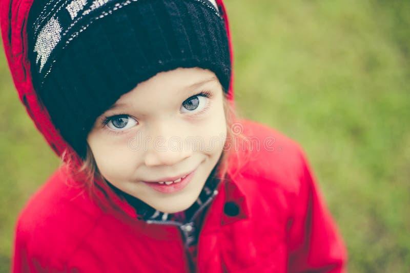 Leuk meisje in een jasje en hoed op stree stock foto's