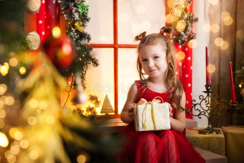Leuk meisje in een Kerstmisstudio royalty-vrije stock foto's