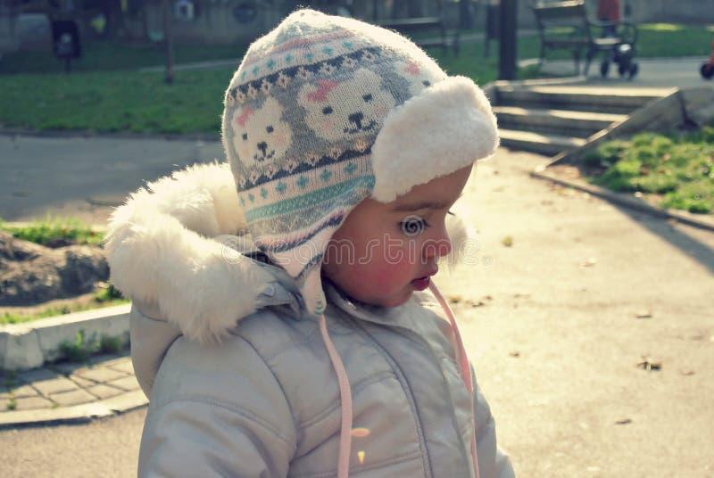 Leuk meisje in een park in de winter; retro Instagram-stijl royalty-vrije stock foto