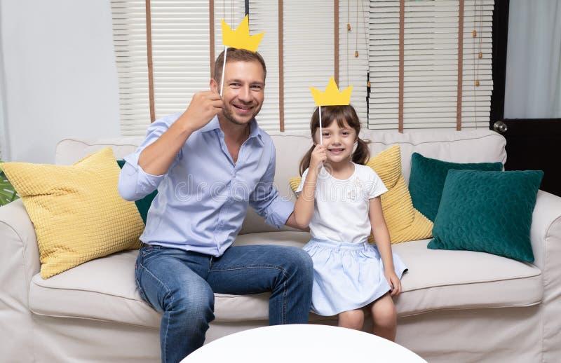 Leuk meisje en haar knappe vader met holdingsdocument kraai royalty-vrije stock foto