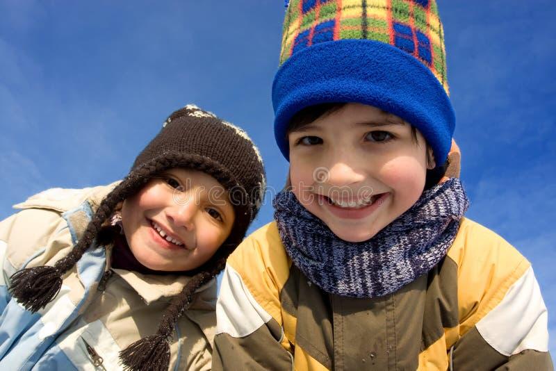 Leuk meisje en jongens de winterportret stock foto's