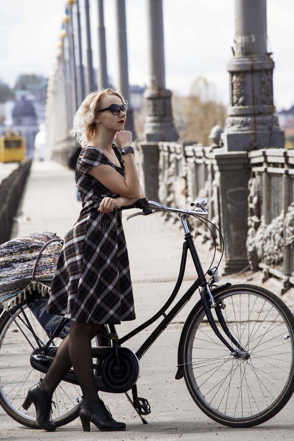 Leuk meisje en retro fiets royalty-vrije stock foto