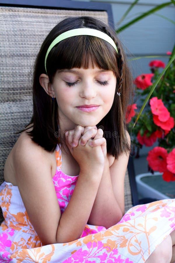 Leuk meisje in gebed stock fotografie
