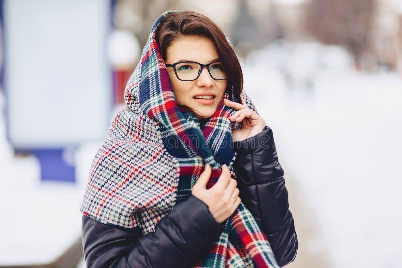 leuk meisje in glazen en een sjaal royalty-vrije stock foto