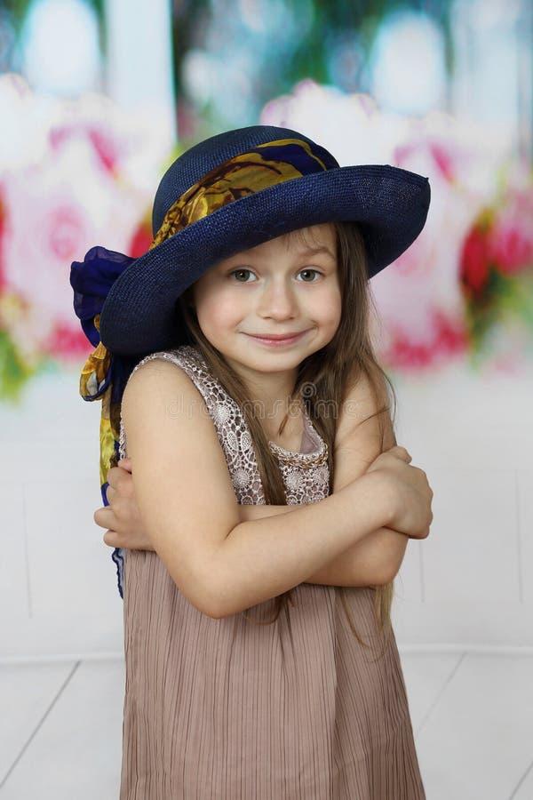 Leuk meisje in grote blauwe hoed stock foto's