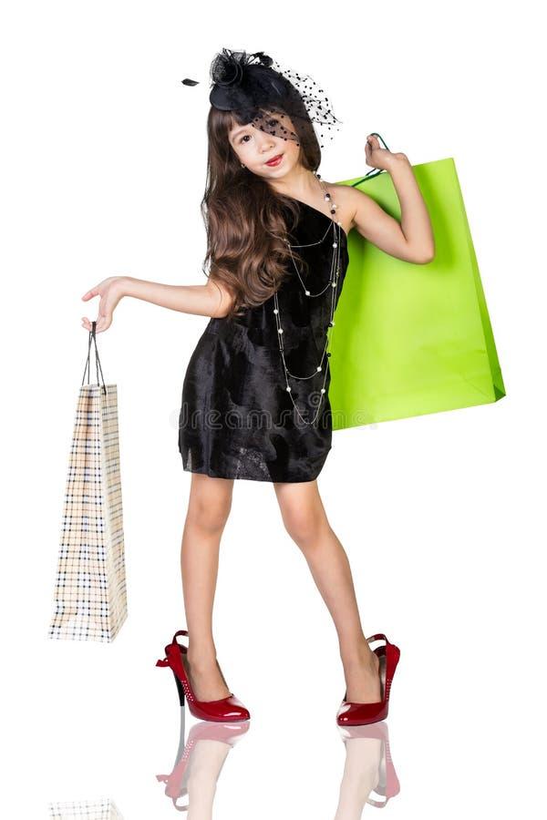 Leuk meisje in grote slijtage met pakketten stock afbeeldingen