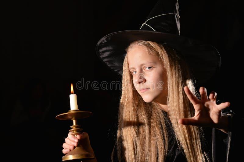 Leuk meisje in heksenkostuum royalty-vrije stock fotografie