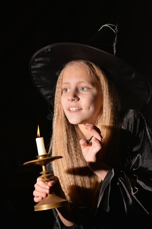 Leuk meisje in heksenkostuum royalty-vrije stock afbeeldingen