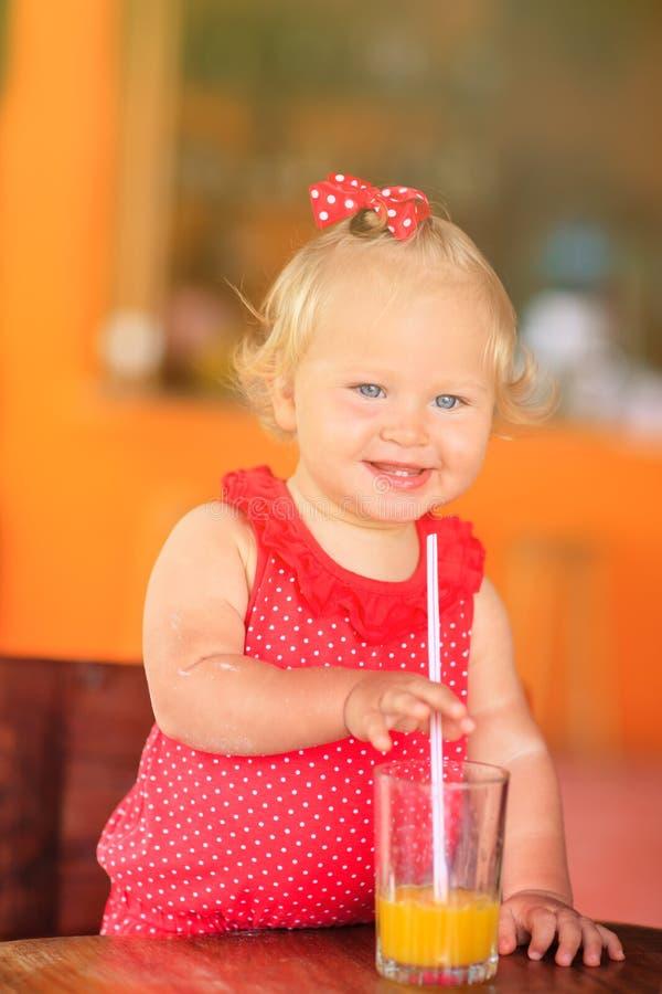 Leuk meisje het drinken sap in koffie stock foto
