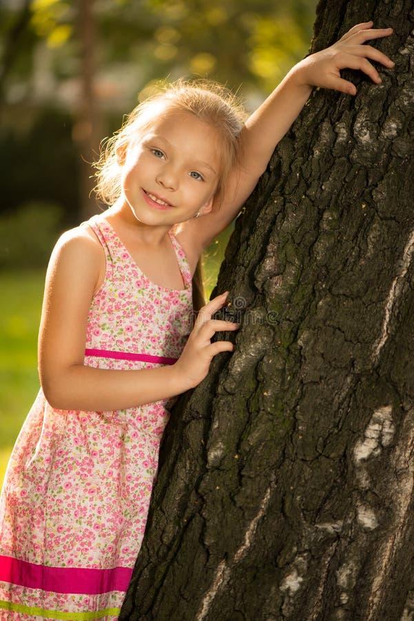 Leuk meisje in het park stock afbeelding