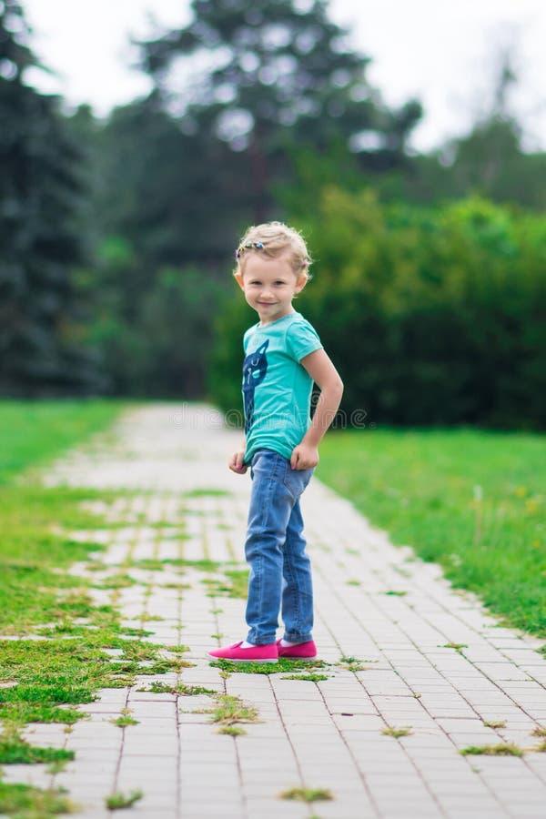 Leuk meisje in het park in de zomerdag royalty-vrije stock foto's