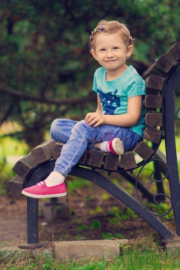 Leuk meisje in het park in de zomerdag stock afbeeldingen
