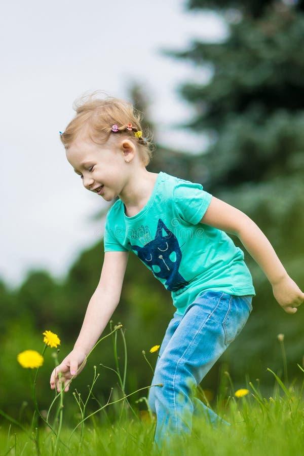 Leuk meisje in het park in de zomerdag royalty-vrije stock afbeelding