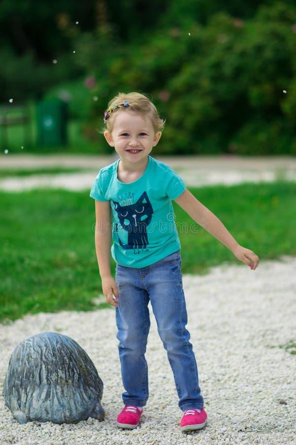 Leuk meisje in het park in de zomerdag stock afbeelding