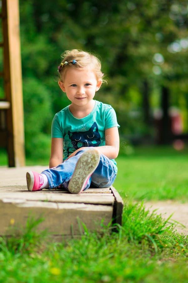 Leuk meisje in het park in de zomerdag stock fotografie