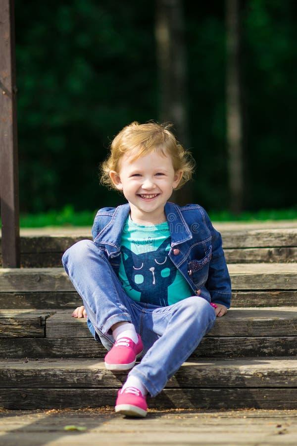 Leuk meisje in het park in de zomerdag stock foto