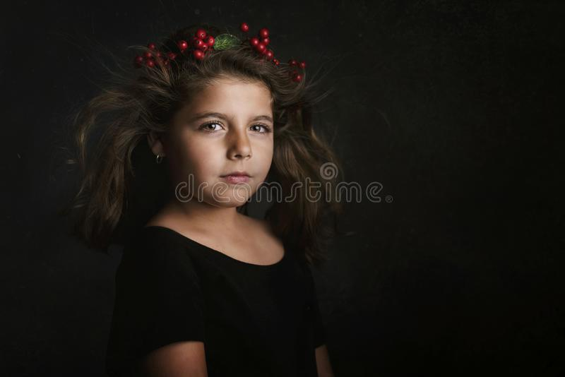 Leuk meisje met bloemkroon stock foto's