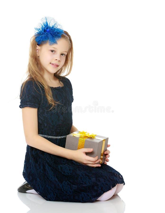 Leuk meisje met een in hand gift royalty-vrije stock afbeeldingen